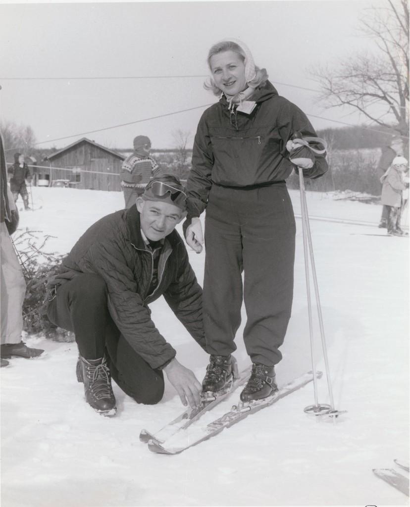 dclv05i04-history-wink-larsen-adjusts-skiis