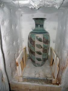 dclv07i02-art-scene2-pot-in-kiln
