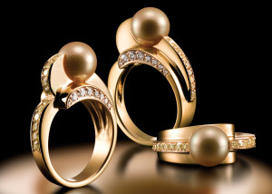 dclv09i01-art-scene2-gold-ball-rings