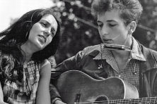 Joan Baez and Bob Dylan perform at a civil rights march in Washington, D.C., on Aug. 28, 1963. Public domain.